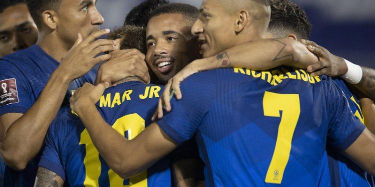 Jogadores do Brasil comemoram o gol de Neymar, logo no início da partida contra o Paraguai. Foto: Lucas Figueiredo/CBF