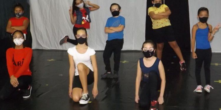 Alunas do Arnea em espetáculo que será apresentado on-line neste sábado - Foto: Divulgação