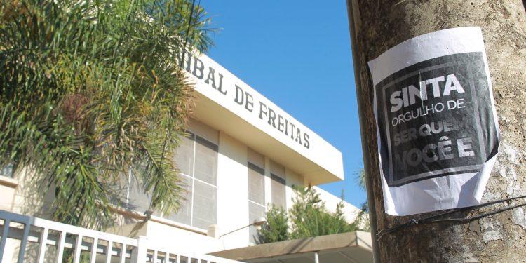 Cartaz denunciando o caso de preconceito e demonstrando solidariedade ao estudante. Foto: Leandro Ferreira/Hora Campinas