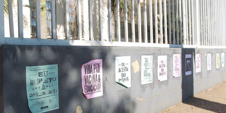 Cartazes no muro da Escola Estadual Aníbal de Freitas, no Guanabara, em Campinas, demonstram solidariedade ao aluno e repúdio ao constrangimento Foto: Leandro Ferreira/Hora Campinas