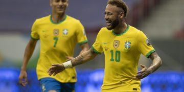Neymar comemora o segundo da Seleção, de pênalti, observado por Richarlison Foto: Lucas Figueiredo/CBF