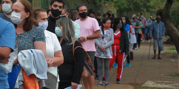 Fila no Centro de Vivência do Idoso,  no Taquaral, numa das etapas de vacinação em Campinas: aprofundando o conhecimento sobre a Covid-19 Foto: Leandro Ferreira/Hora Campinas