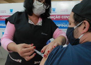 Enfermeira aplica mais um dose em centro de imunização: Campinas tem ótima adesão, fazendo da cidade um exemplo em São Paulo Foto: Leandro Ferreira/Hora Campinas