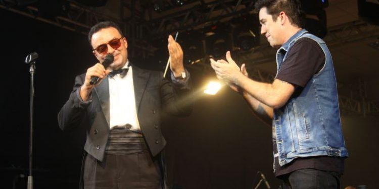O vocalista da banda Jota Quest, Rogério Flausino, com o maestro Lazarov - Foto: Divulgação