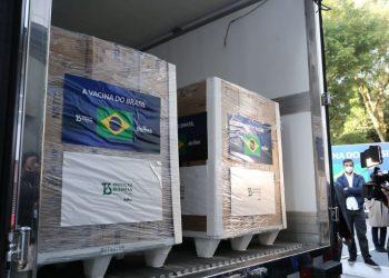 Caminhão parte do Instituto Butantan com as doses que serão entregues ao PNI nesta segunda - Foto: Divulgação/Governo SP