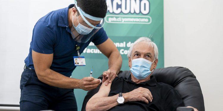 Presidente Sebastián Piñera é vacinado contra a Covid-19: Foto Marcelo Segura/Presidência do Chile