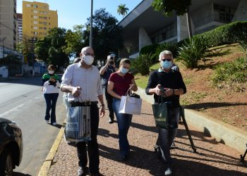 Prefeito Dário Saadi prestigia a campanha entregando a sua contribuição no drive-thru do Paço neste sábado Foto: Eduardo Lopes/Divulgação