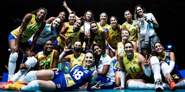 Jogadoras da seleção feminina de vôlei comemoram classificação para as semifinais da Liga - Foto: Divulgação FIVB