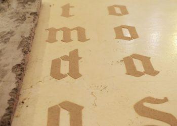 Trabalhos remetem à escrita antiga e usam a areia como material - Foto: Eduardo Lopes/ Divulgação PMC
