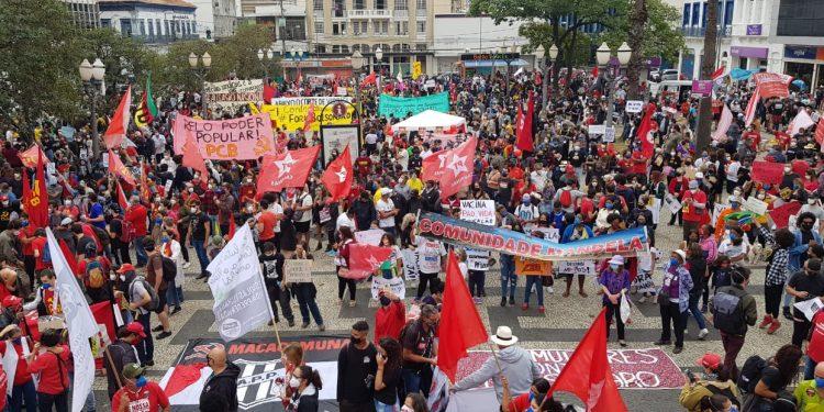 Concentrados no Largo do Rosário, manifestantes cobram saída do presidente do poder e lembram a marca dos 500 mil mortos Fotos: Leandro Ferreira/Hora Campinas