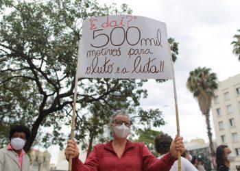 Manifestante carrega cartaz sobre a marca de 500 mil mortes por Covid-19 no Brasil durante protesto de hoje em Campinas - Foto: Leandro Ferreira/Hora Campinas