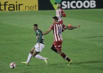 Lance entre Davó e Camutanga no jogo da última sexta-feira no Brinco de Ouro Foto: Leandro Ferreira/Hora Campinas