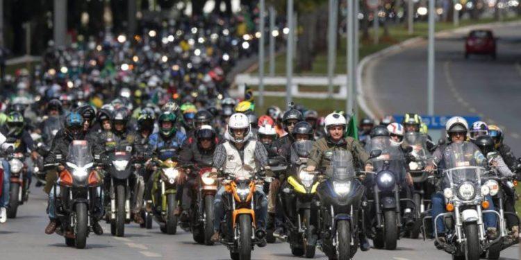 Bolsonaro e milhares de apoiadores seguem pelas ruas de São Paulo: governador João Doria diz que ele será multado por estar sem máscara e promover aglomeração Foto: Divulgação