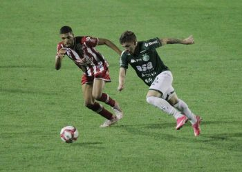 O atacante Júlio César foi expulso na derrota diante do Náutico e desfalca o Guarani no confronto com o CSA- Foto: Leandro Ferreira