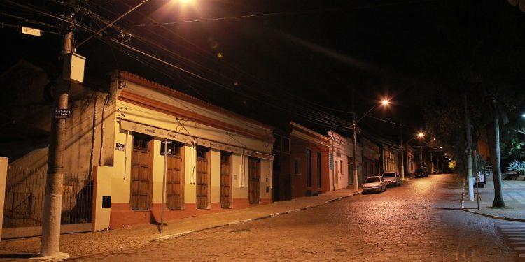 Rua central do distrito de Joaquim Egídio, por volta das 20h desta segunda-feira (21). Foto: Leandro Ferreira/Hora Campinas