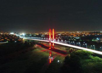 O vermelho da iluminação reforça a campanha de conscientização sobre doação de sangue. Foto: Divulgação