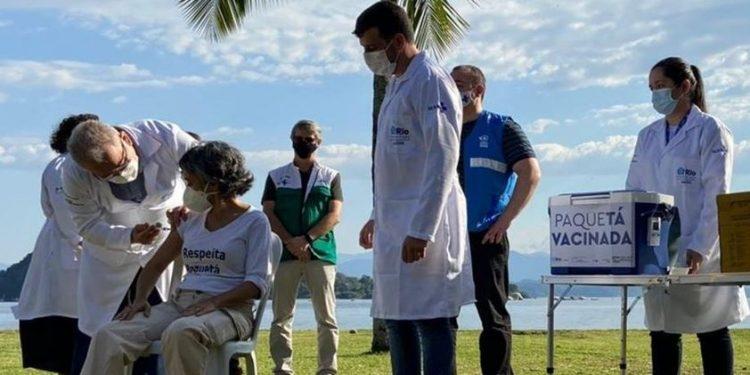 O ministro da Saúde, Marcelo Queiroga, participa do programa de vacinação na ilha de Paquetá (RJ) - Foto: Reprodução/Twitter
