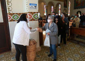Fiel recebe pãozinho na Igreja de Santo Antônio, no bairro Ponte Preta, em Campinas: tradição mantida com regras sanitárias Fotos: Leandro Ferreira/Hora Campinas