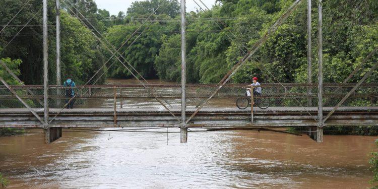 Rio Atibaia, na tradicional ponte de Sousas: manancial é responsável pelo abastecimento de 95% da população de Campinas Foto: Leandro Ferreira/Hora Campinas