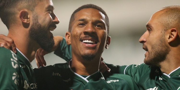 Bruno Sávio (esq), Dávo (centro) e Régis marcaram na goleada de 5 a 2 do Guarani sobre o Operário-PR. Foto: Thomaz Marostegan/Guarani FC