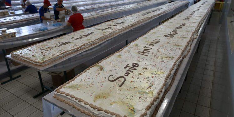 Voluntários preparam o bolo durante a festa de 2019, última antes da pandemia: este ano a tradição é retomada em sistema drive thru - Fotos: Leandro Ferreira/Hora Campinas