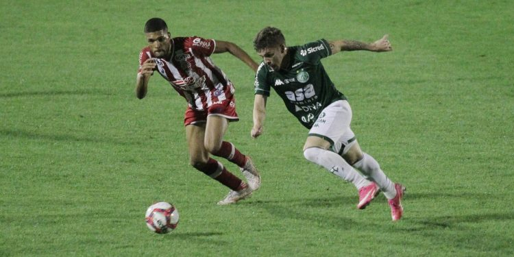 Lance da partida entre Rhaldney e Julio Cesar, que acabou expulso. Foto: Leandro Ferreira/Hora Campinas