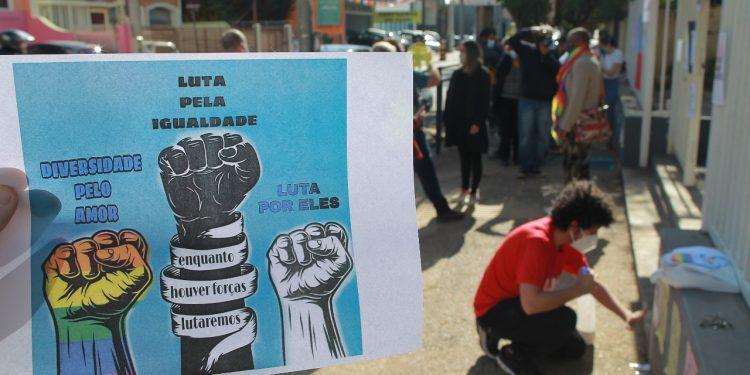 Grupo protesta de forma pacífica na manhã desta quinta-feira (17) em frente à escola Aníbal de Freitas, em apoio a menino que sofreu preconceito - Fotos: Leandro Ferreira/Hora Campinas