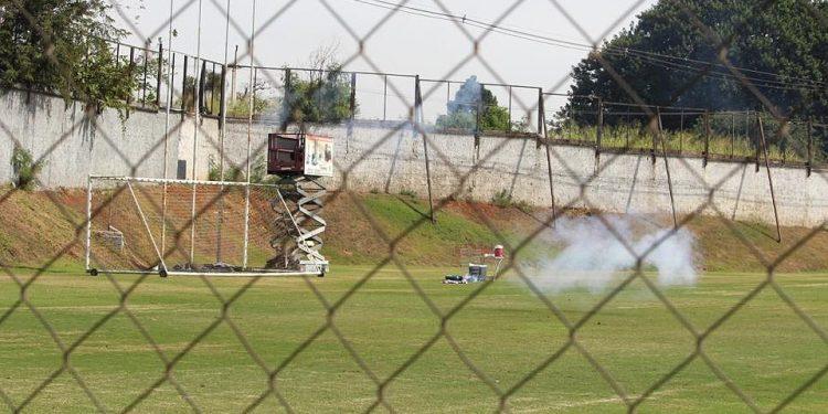 Bombas e morteiros foram atirados em direção ao gramado. Foto: Ponte Press