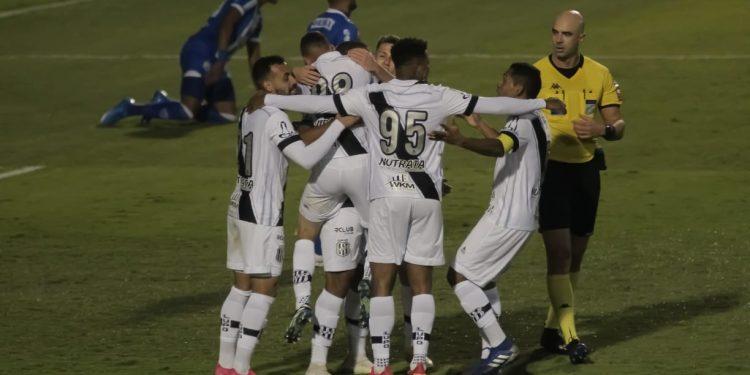 Jogadores da Macaca comemoram o gol em cima do CSA, no Majestoso, nesta quarta (30). Foto: Leandro Ferreira/Hora Campinas