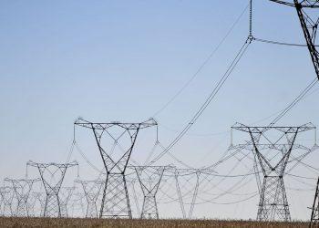 Torres de transmissão: salas de controle têm acompanhado minuto a minuto a oferta de energia e o risco de apagão Foto: Agência Brasil