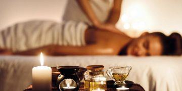 Massagem e Aromoterapia: benefício duplo, uma vez que alia o poder do toque às propriedades dos óleos essenciais. Foto: Pinterest