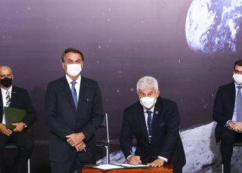 O presidente Jair Bolsonaro e o ministro de Ciência, Tecnologia e Inovação, Marcos Pontes, durante cerimônia de assinatura de acordo com os EUA para participar do Programa Lunar Nasa Artemis Foto: Marcelo Camargo/Agência Brasil