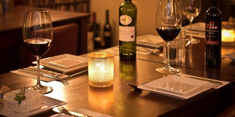 Alguns restaurantes anunciam promoções para a semana dos namorados, a fim de antecipar comemoração. Foto: Pixabay/Divulgação