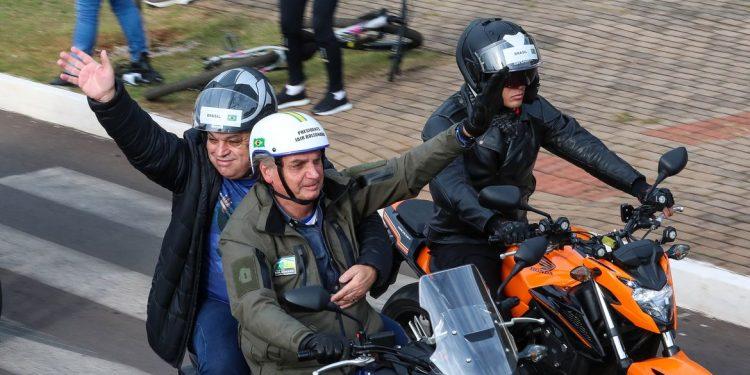 Presidente Jair Bolsonaro em passeio de moto, neste sábado, em Chapecó. Foto: Isac Nóbrega/PR