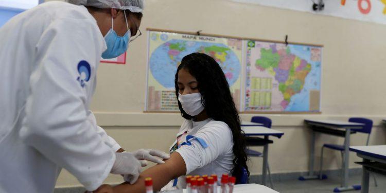 Profissional da saúde realiza coleta para teste de Covid-19 em escola de São Paulo. Foto \AB