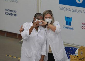 Enfermeiros, médicos, técnicos, fisioterapeutas e outras categorias da Saúde estão mobilizadas em Campinas para ajudar na vacinação e no atendimento a vítimas da Covid Foto: Leandro Ferreira/Hora Campinas