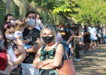 Fila no posto do Taquaral, no segundo mutirão da vacina contra covid. Foto: Leandro Ferreira \ Hora Campinas