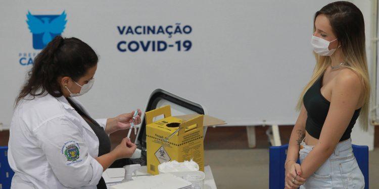 Segundo mutirão da vacina, no Centro de Vivência do Idoso no Taquaral. Foto: Leandro Ferreira \ Hora Campinas