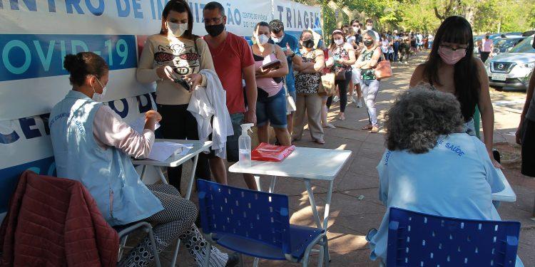Pessoas em fila no posto de vacinação do Taquaral, no segundo mutirão de imunização. Foto: Leandro Ferreira \ Hora Campinas