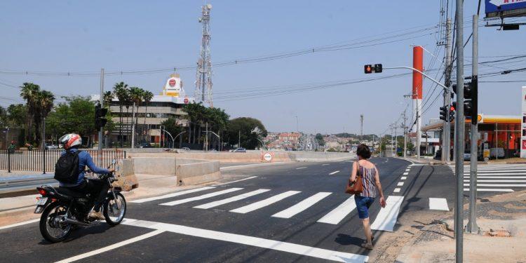 Trabalho de reavaliação do tempo do semáforo, que está sendo realizado na Av. John Boyd Dunlop. Foto: Leandro Ferreira \ Hora Campinas