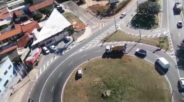 Veículo em fuga atravessa rotatória na tentativa de escapar da perseguição policial. Foto: Divulgação \ PM