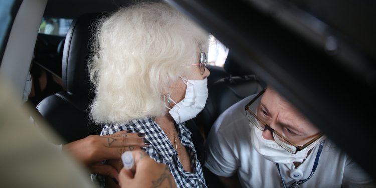 Vacina sendo vacinada na cidade de São Paulo: meta superada no Estado. Foto: Divulgação