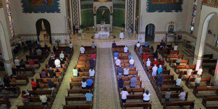 Fiéis celebram o Dia de Cosrpus Christi na Igreja Santo Antônio, em Campinas. Fotos: Leandro Ferreira \ Hora Campinas,