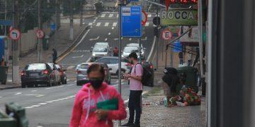 Ponto de ônibus com apenas uma placa na região central de Campinas:  cronograma com atraso. Fotos: Leandro Ferreira \ Hora Campinas