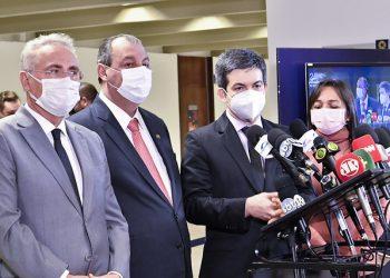 Randolpe Rodrigues (à dir.) e a representação à PGR:  Foto: Senado Federal