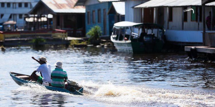 Comunidade de ribeirinhos em Manaus. Cheia recorde. Foto: Agência Brasil