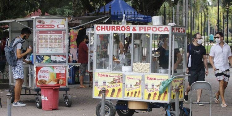 Vendedores que utilizam carrinhos, bicicleta ou carros podem solicitar a autorização legal. Foto: Agência Brasil