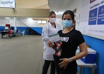 A assistente jurídica Fernanda Tomazella, que está gravida do Matheus, tomou vacina hoje. Foto: Leandro Ferreira \ Hora Campinas