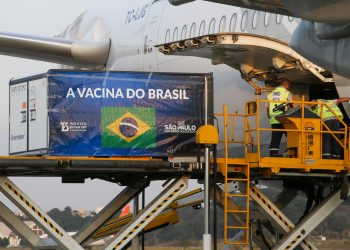 Carregamento do material para a produção da vacina é desembarcado em Guarulhos. Foto: Divulgação