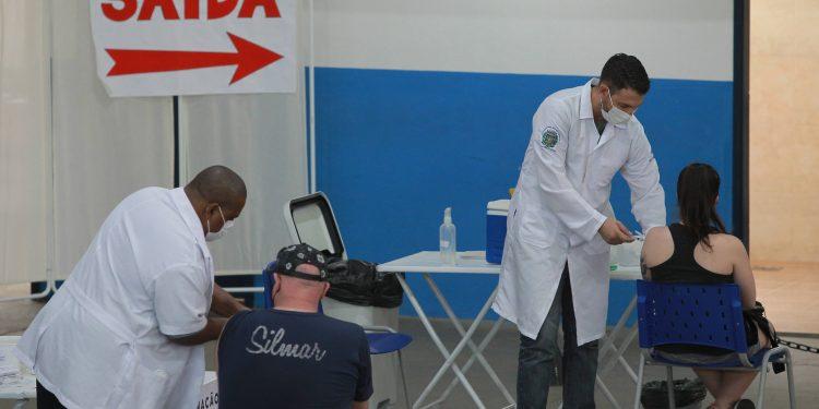 Pessoas são vacinadas no Centro de Vivência do Idoso no bairro Taquaral em Campinas. Foto: Leandro Ferreira \ Hora Campinas